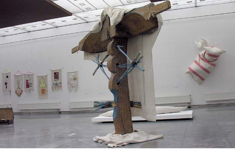 Attila Bobály (H) Woman from Cered, 2007, 215 × 215 × 80 cm, oak wood, canvas,